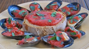 Mussels with a hot tomato sauce and twice-baked bread